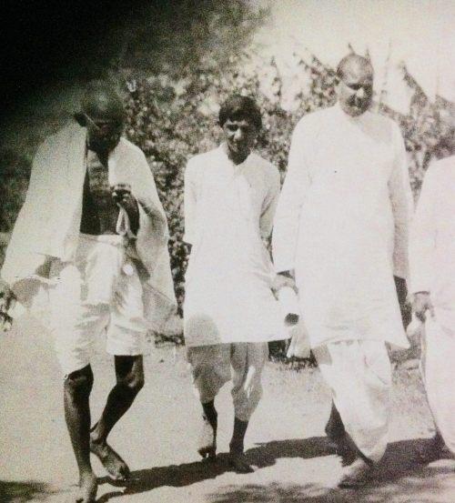 किशोर नारायण देसाई गांधीजी के साथ